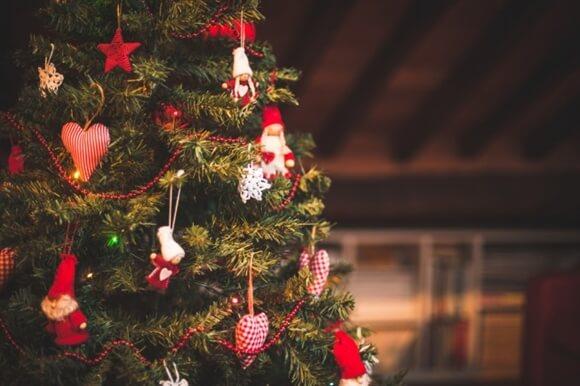 クリスマスツリーの飾り付けのコツ